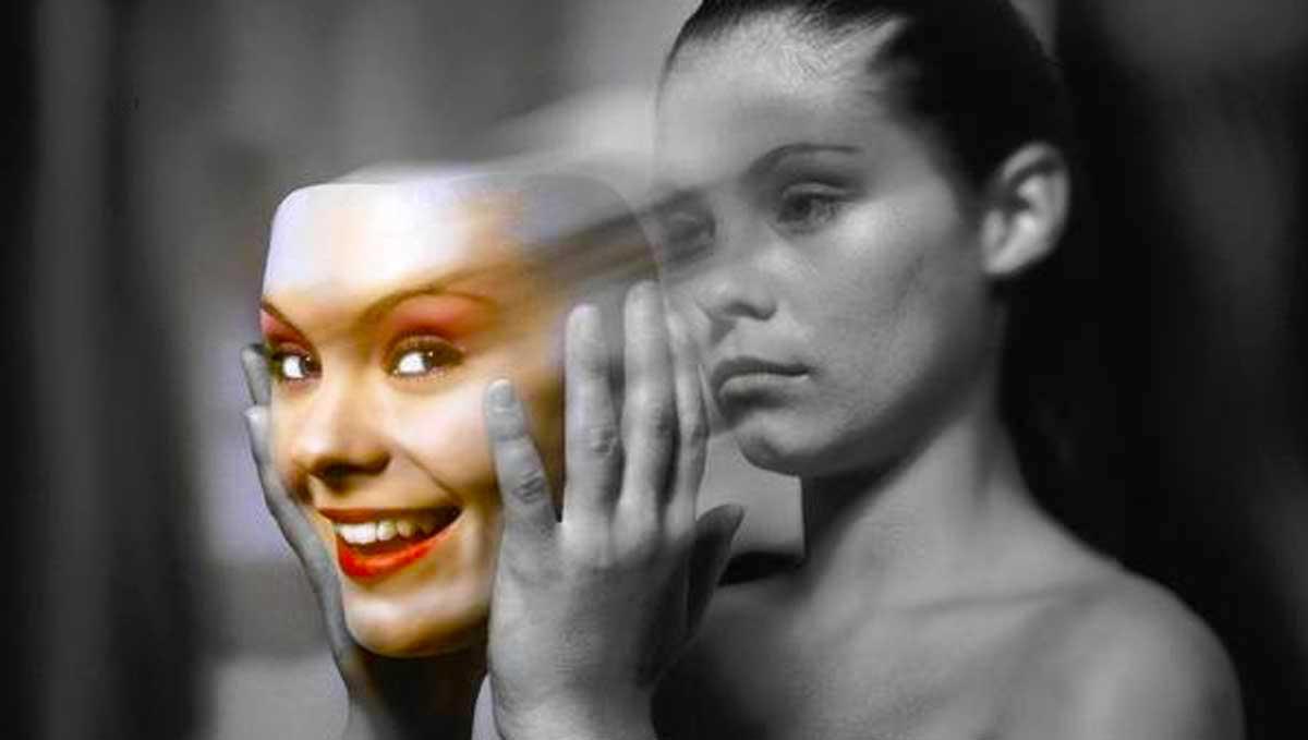 mujer mascara de color